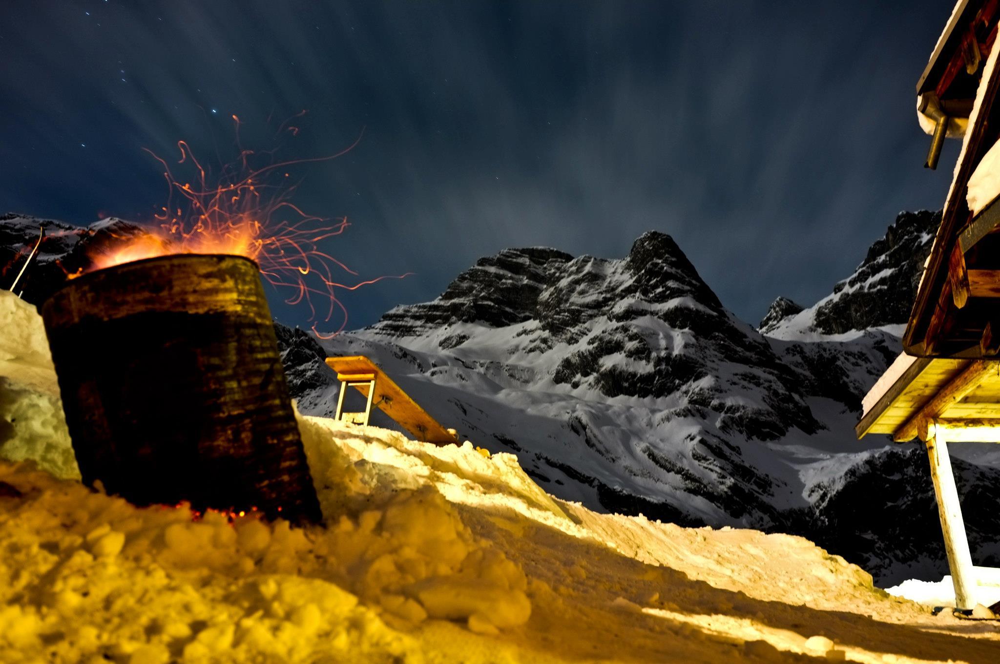 Nachtaufnahme Feuer Chrüzhütte