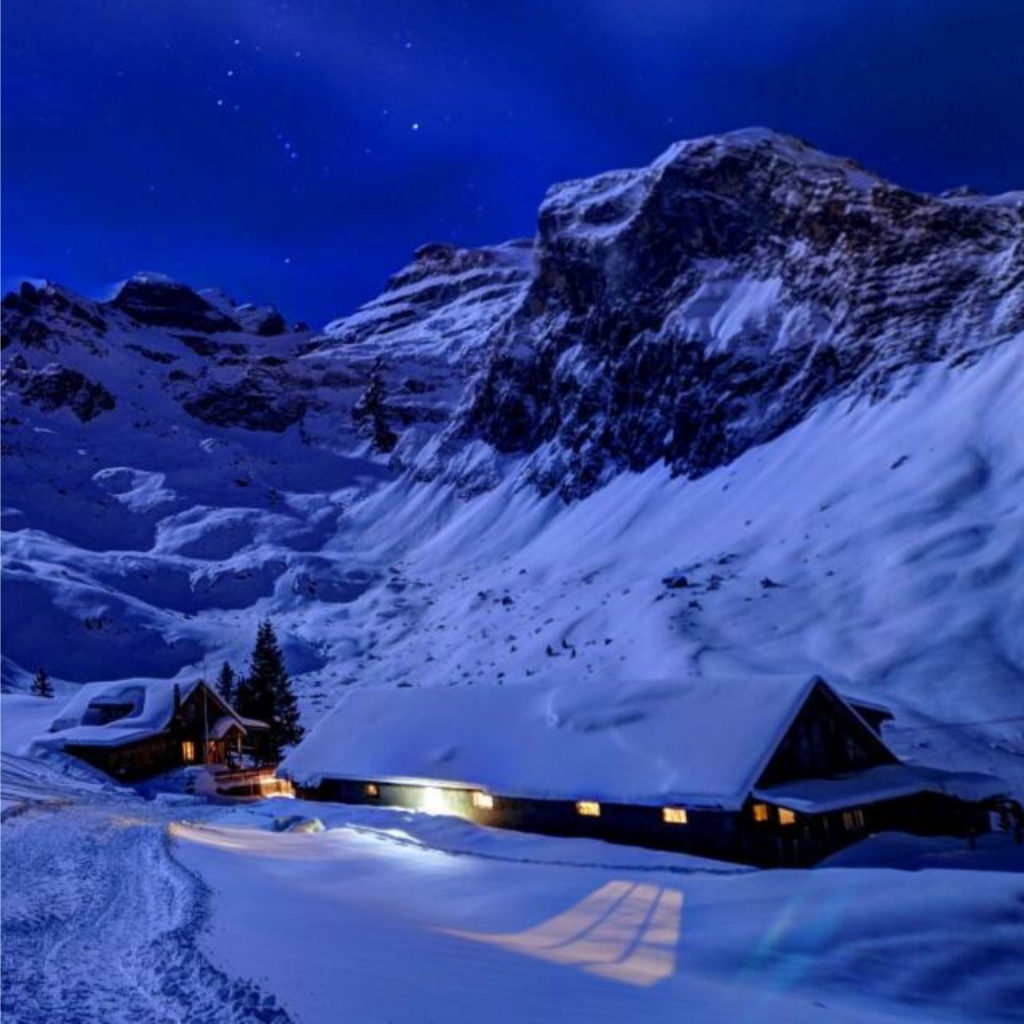Nachtaufnahme Berghütte Chrüzhütte Winter